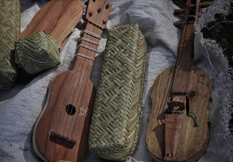 Artesanias que simulan Instrumentos musicales cuerda de madera de la región